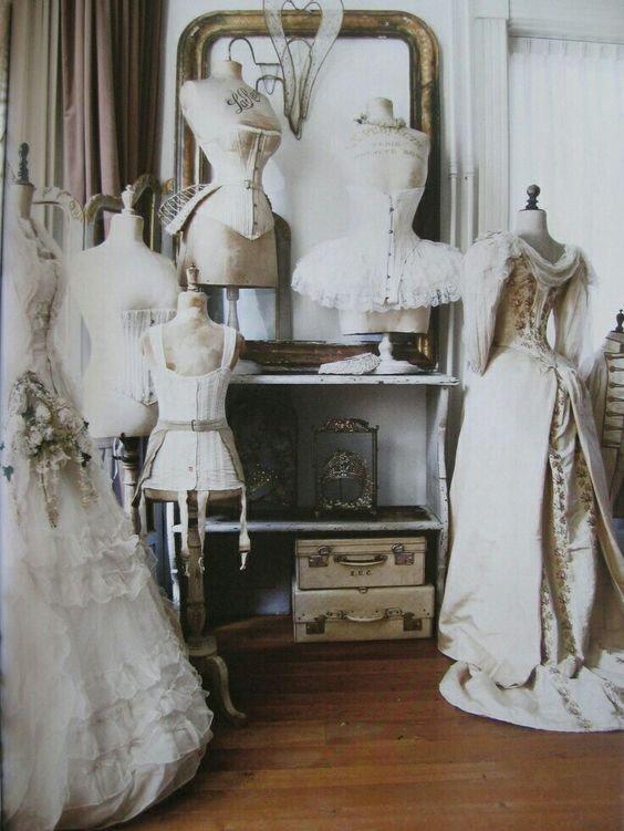 Старые деревянные манекены в винтажных платьях